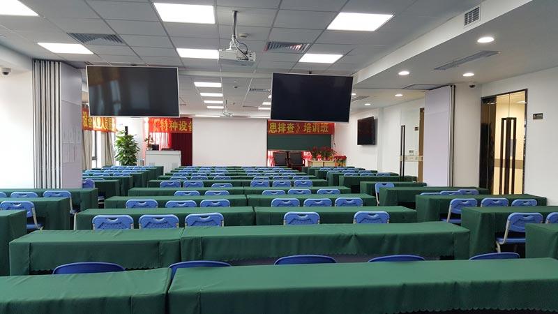 <b>超大多媒体教室,轻松容纳200人</b>